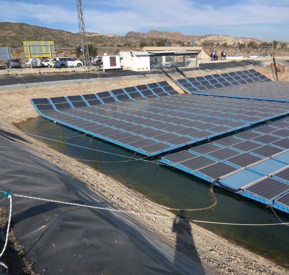 Instalación solar fotovoltaica sobre balsa