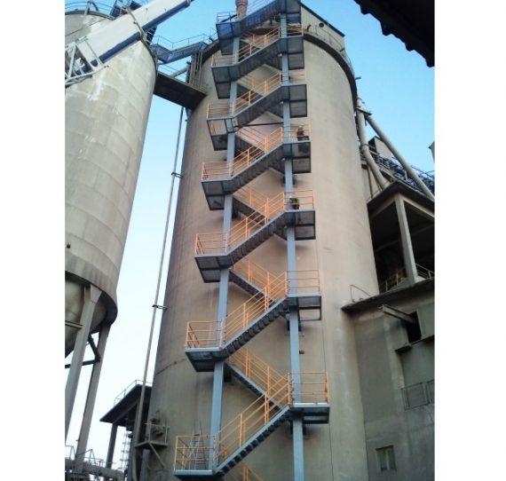 Torre de escaleras en silo de cemento